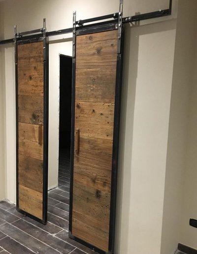porta in legno di recupero e ferro battuto