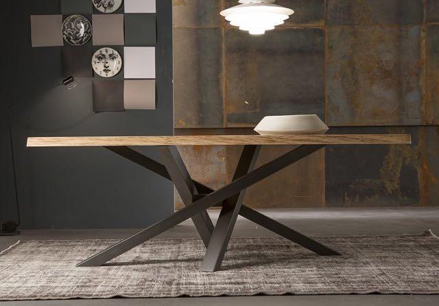 tavolo con piano in olmo e gambe in ferro battuto