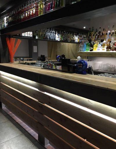 bancone bar realizzato con legno di recupero