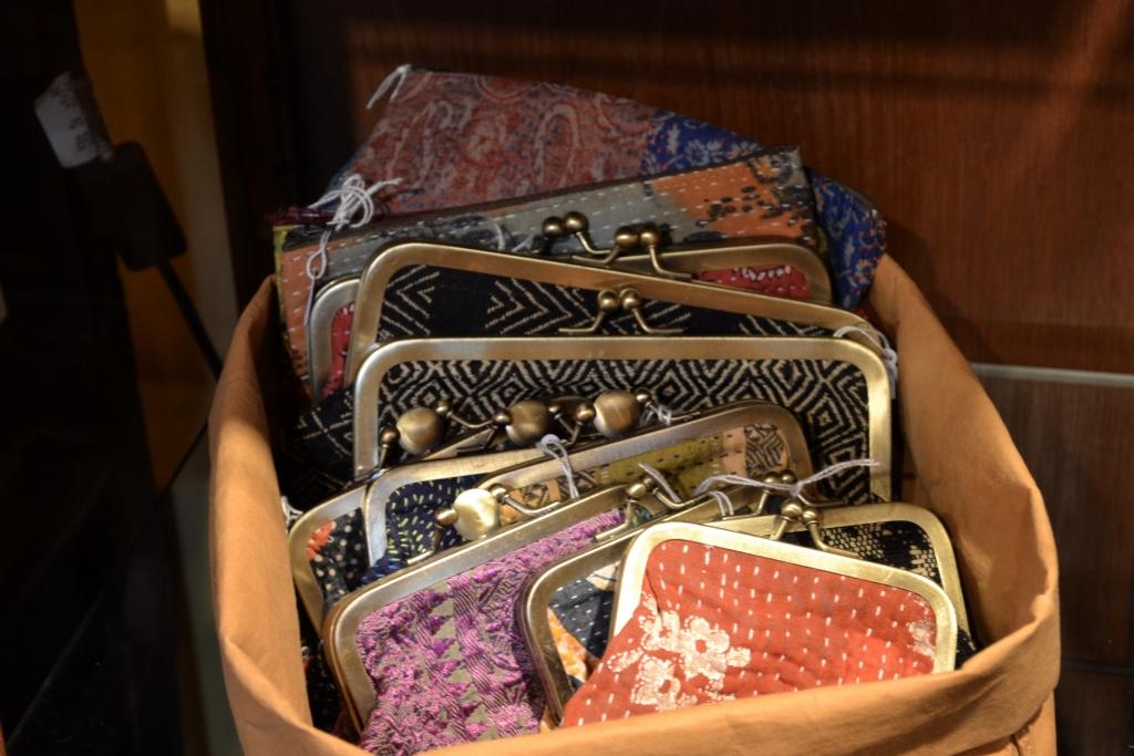 Portafoglio e pochette con stoffe Kantha