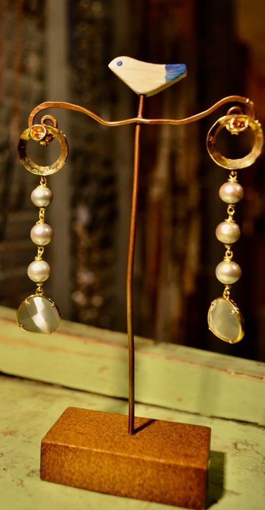 Orecchini con pietre e perle