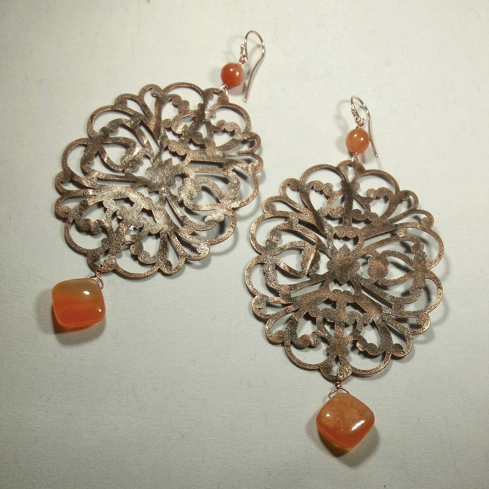 orecchini in metallo con pietre