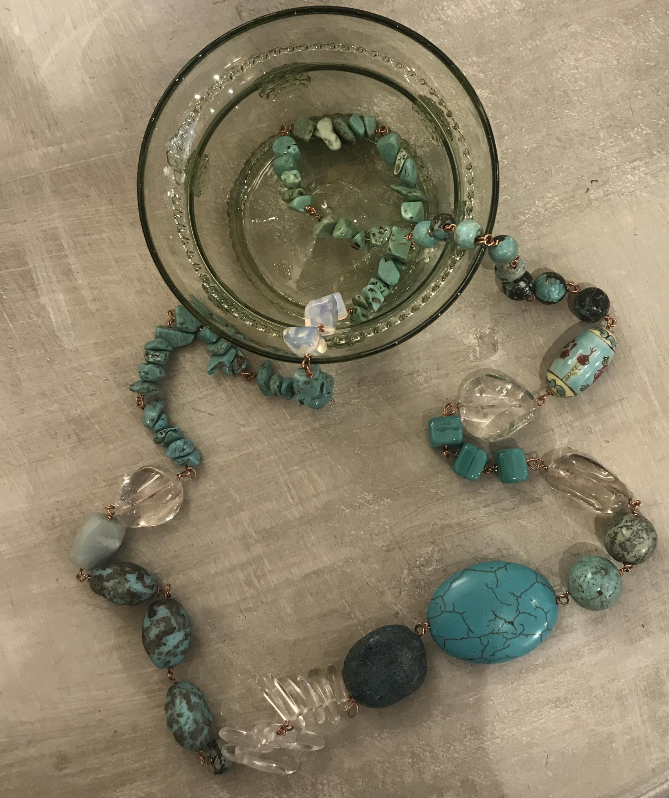 Collana concatenata con pietre varie, ceramiche e cristalli