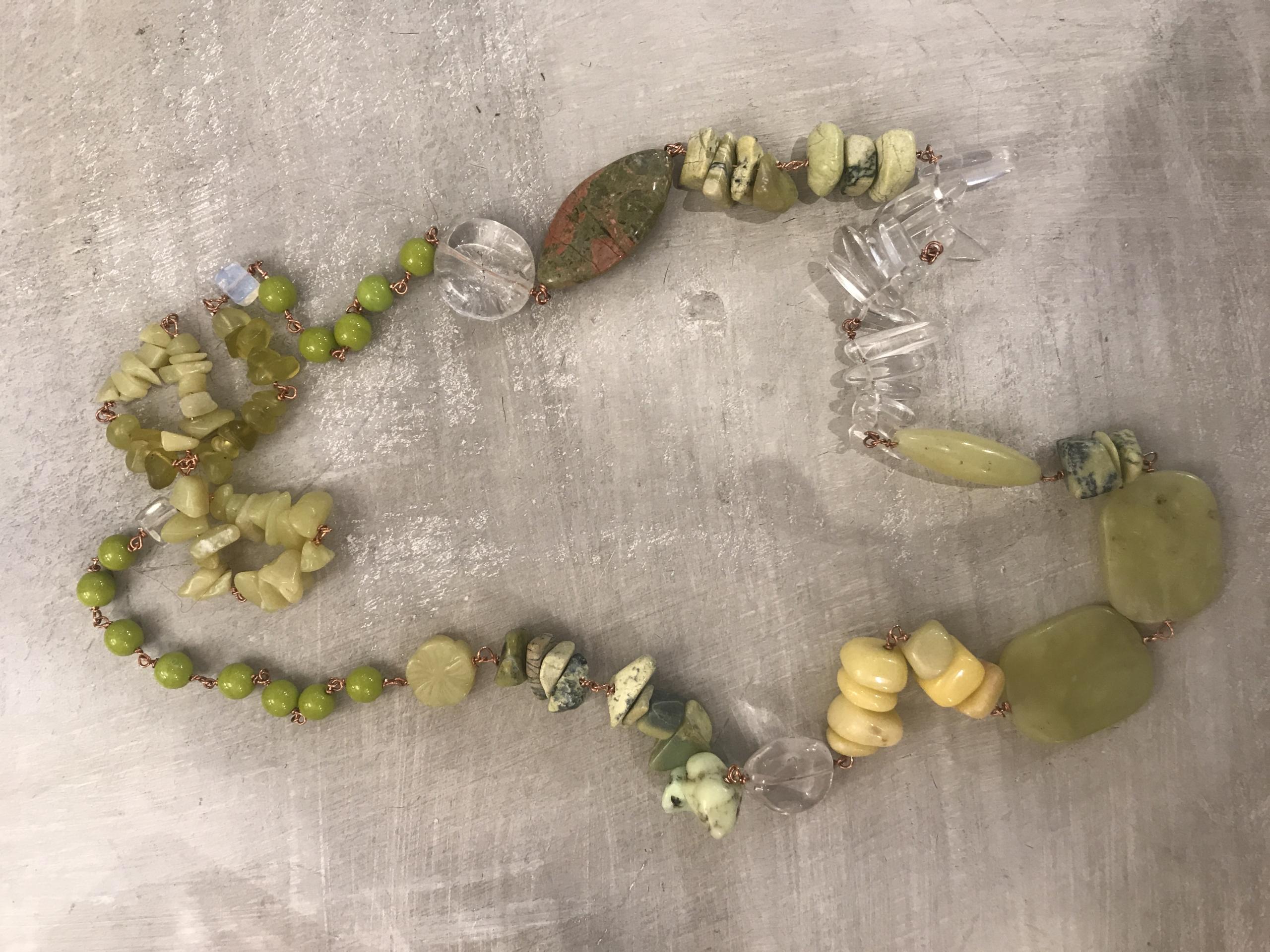 Collana lunga concatenata con pietre varie