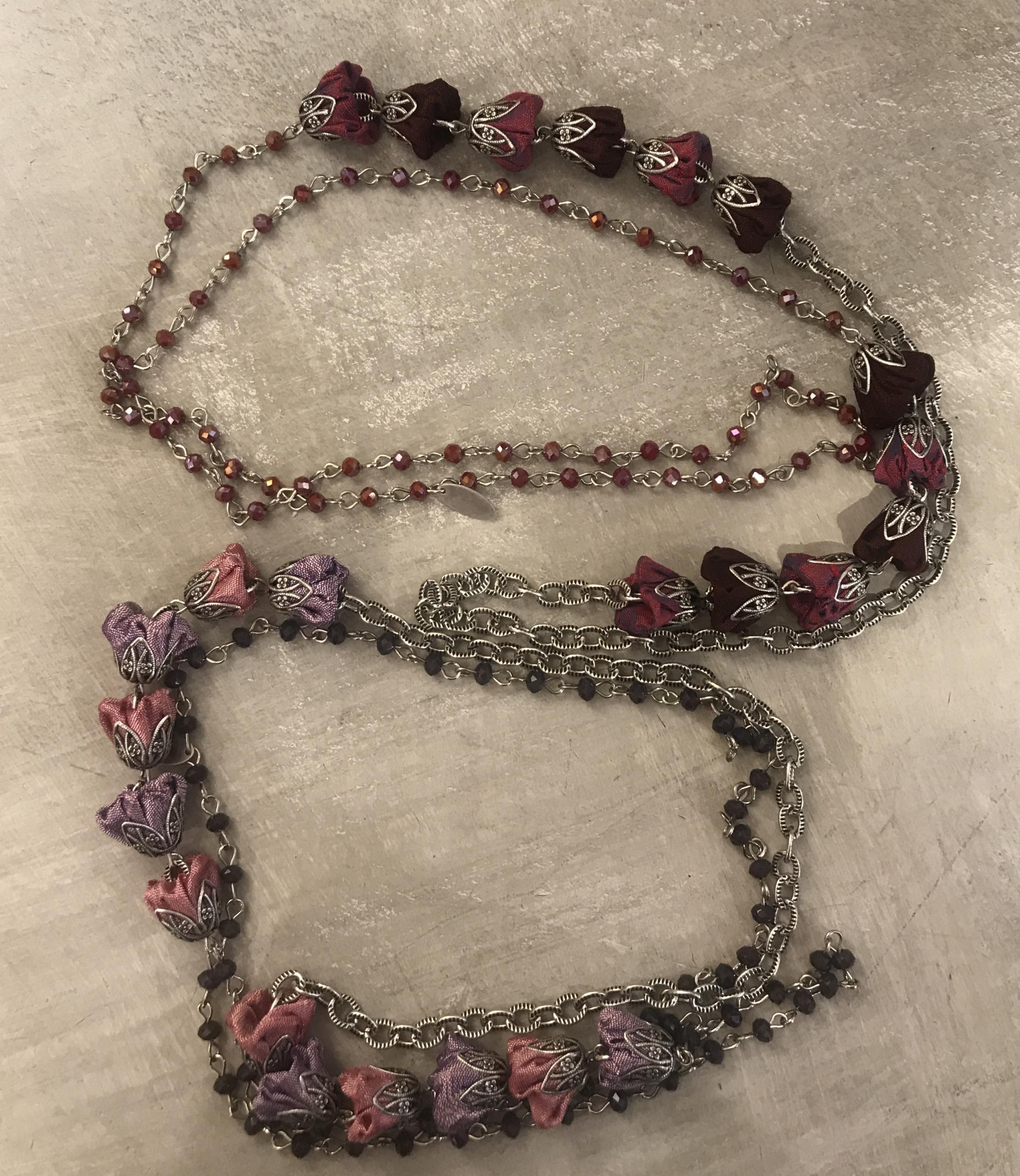 Collana lunga con cristalli e rose in shantung