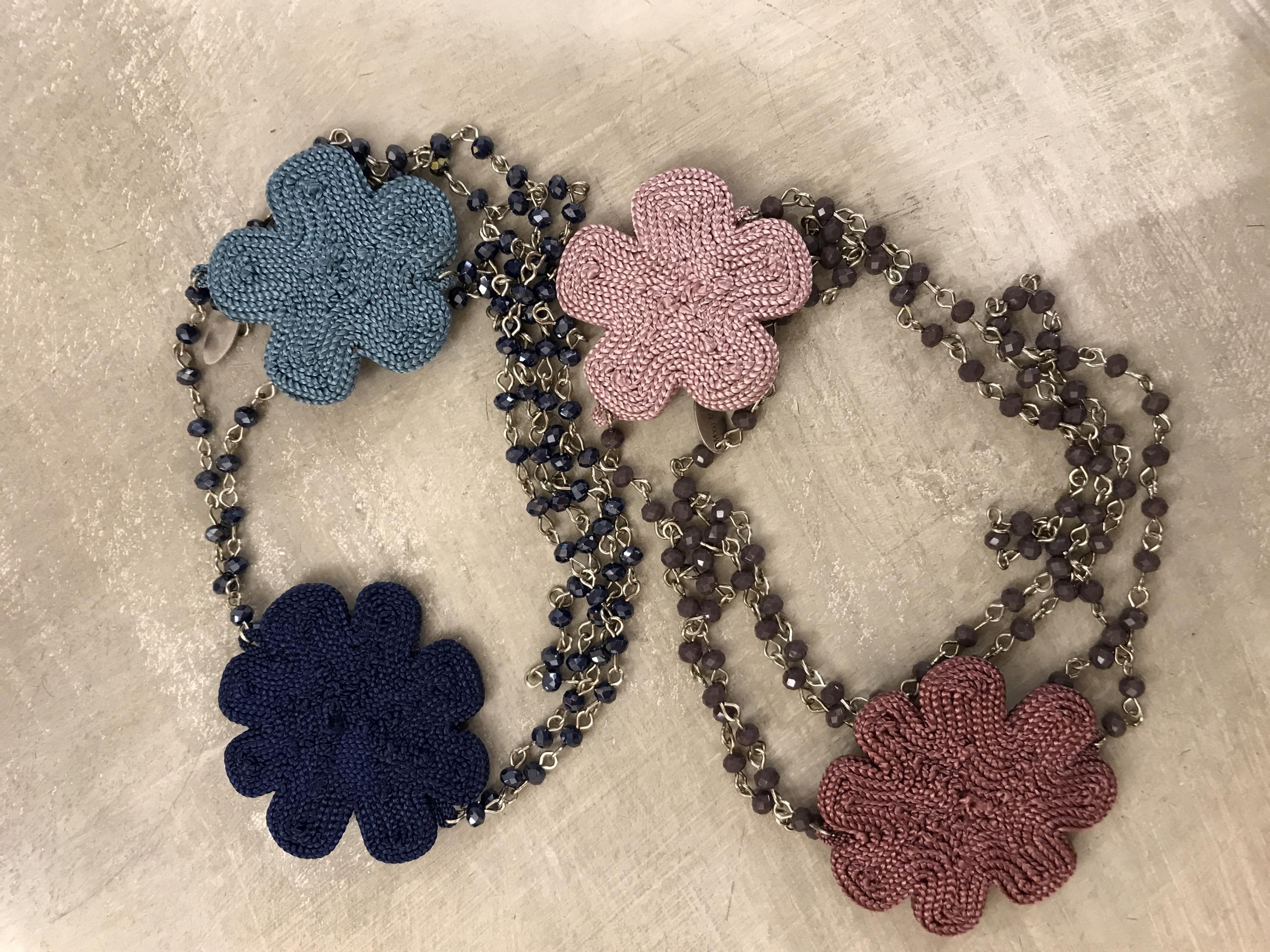 Collana concatenata con cristalli e fiori in sabra (seta vegetale)