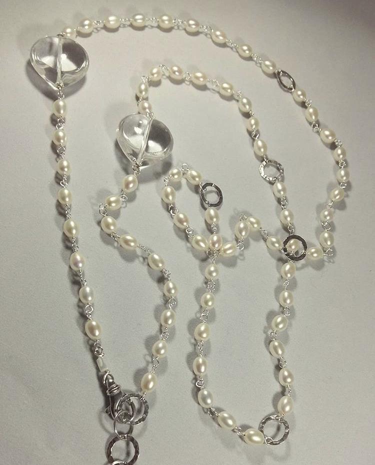 Collana lunga concatenata in argento 925 con perle di acqua dolce e cristallo di rocca