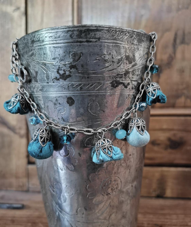 Braccialetto con boccioli in shantung di seta e cristalli