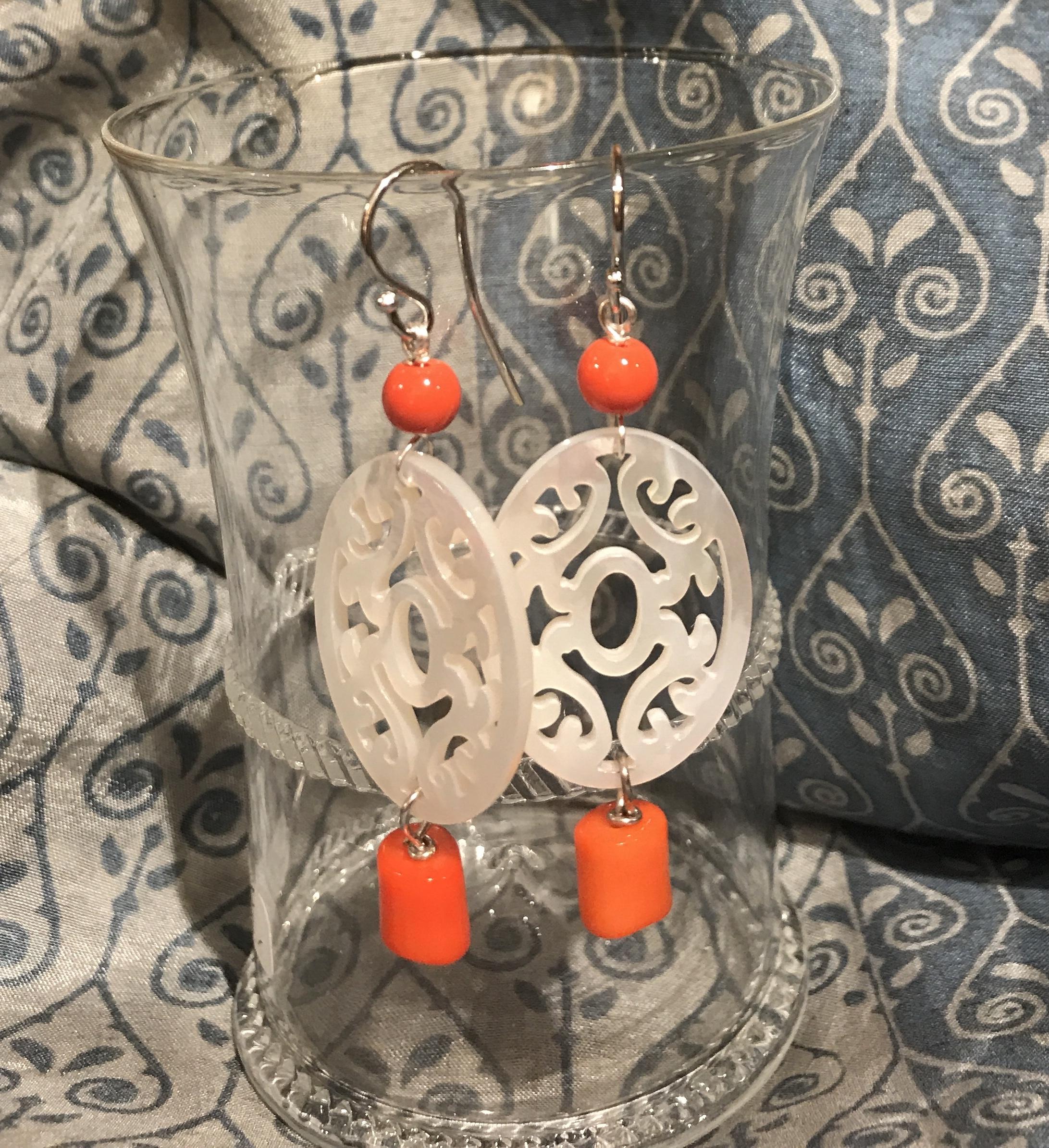 Orecchini in argento con madreperla e corallo bamboo