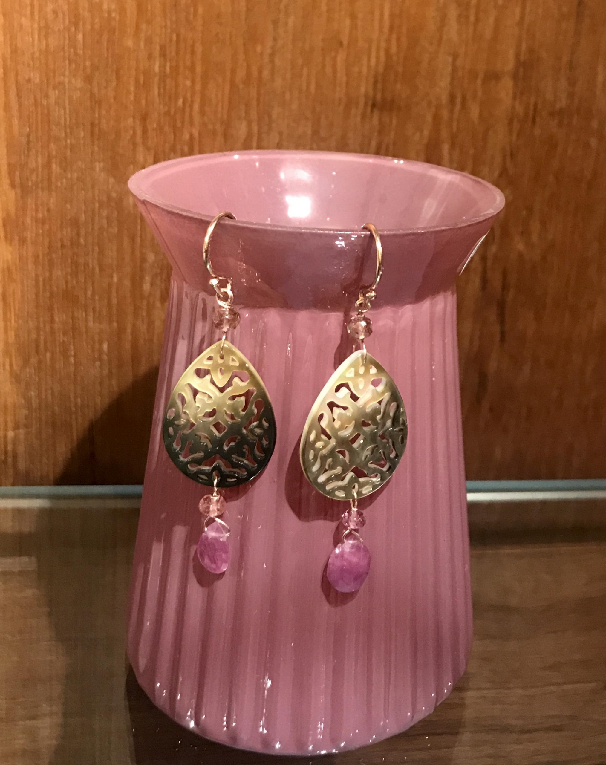 Orecchini in argento rosato con madreperla e goccia di zaffiro rosa