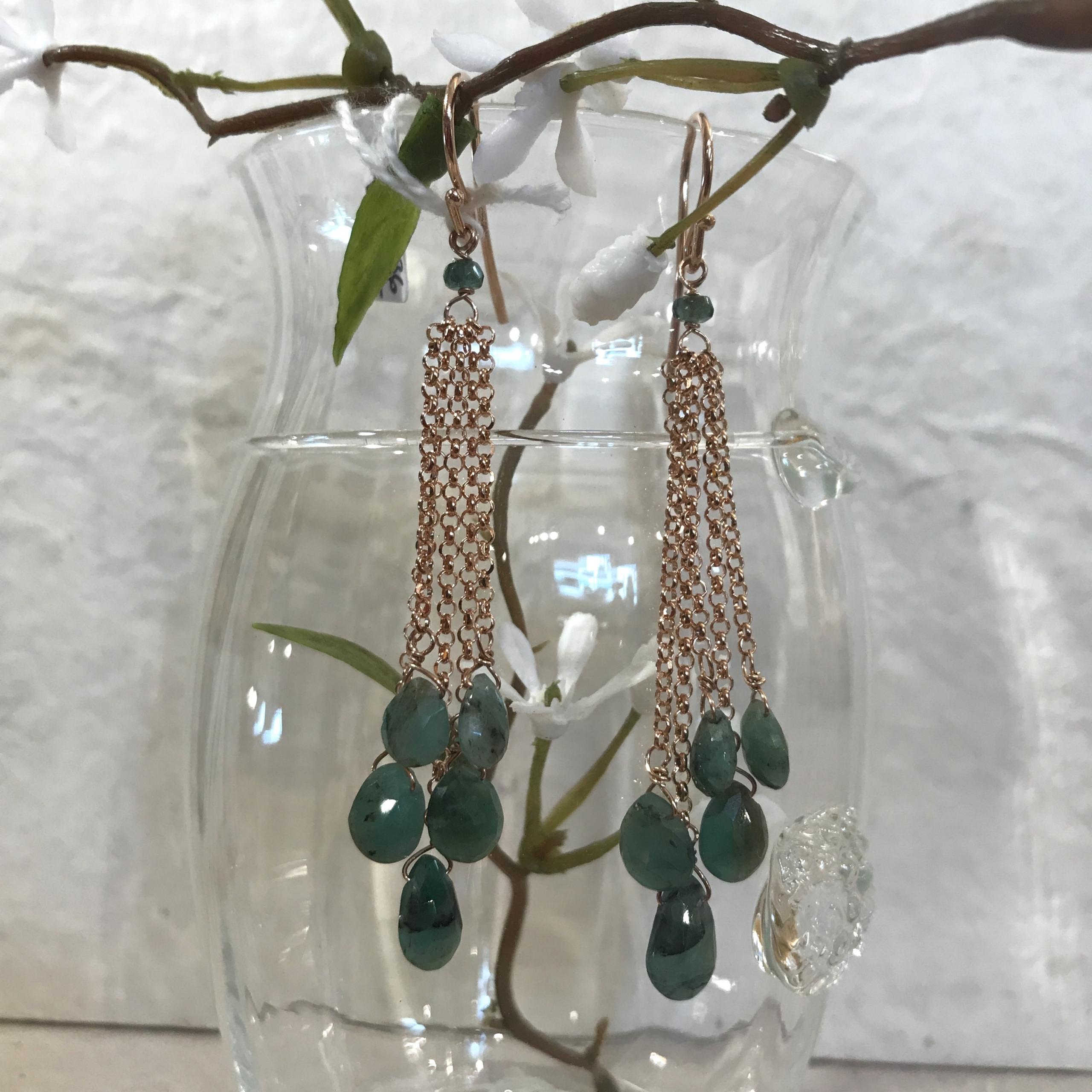 Orecchini in argento rosato con gocce di smeraldi