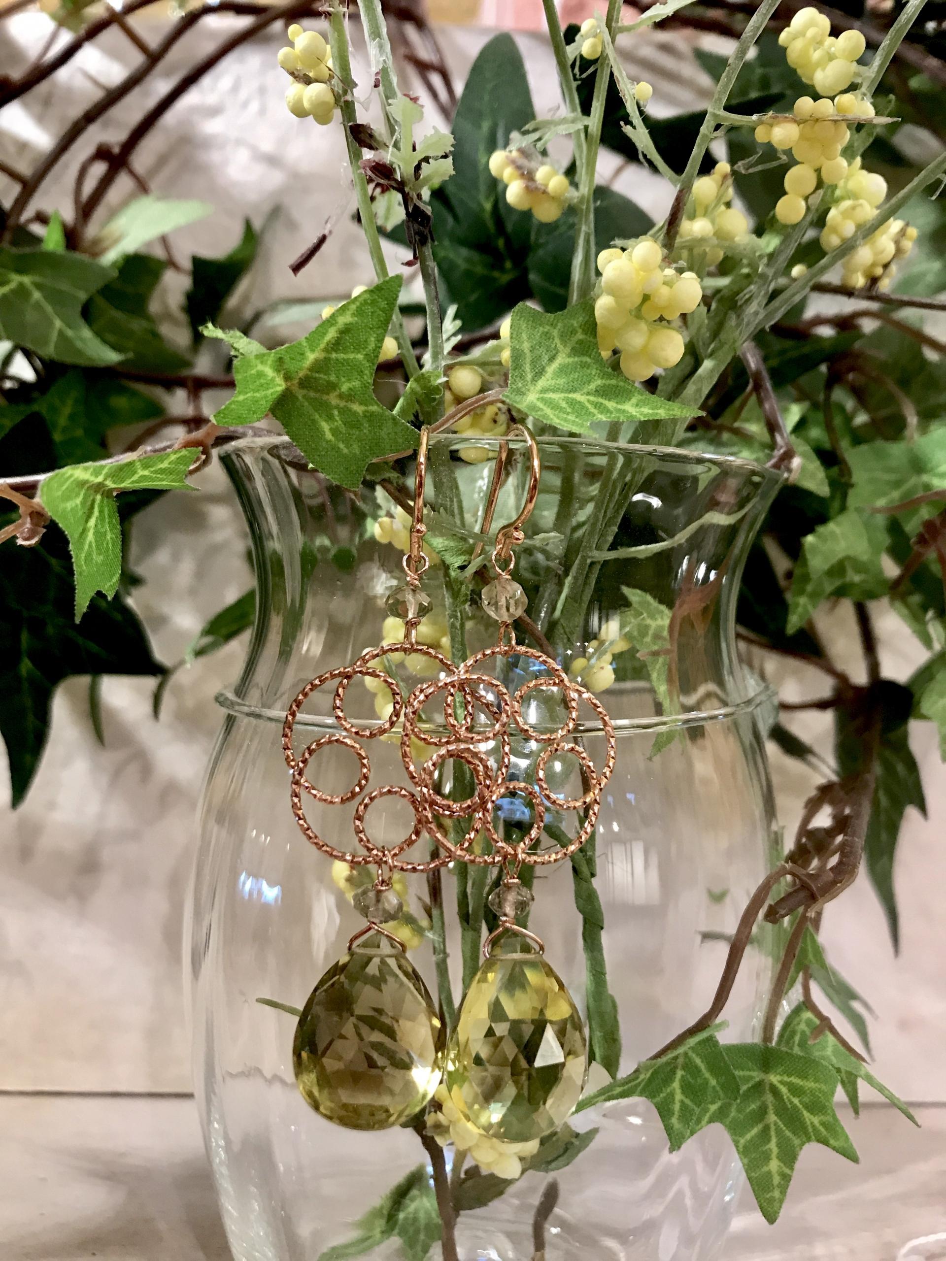 Orecchini con fiore in argento rosato e goccia di quarzo lemon