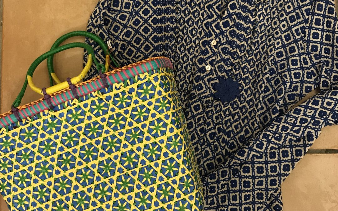 camicia / copricostume cotone 100%, borsa fatta a mano in plastica riciclata, collana in cristalli con fiore in seta.