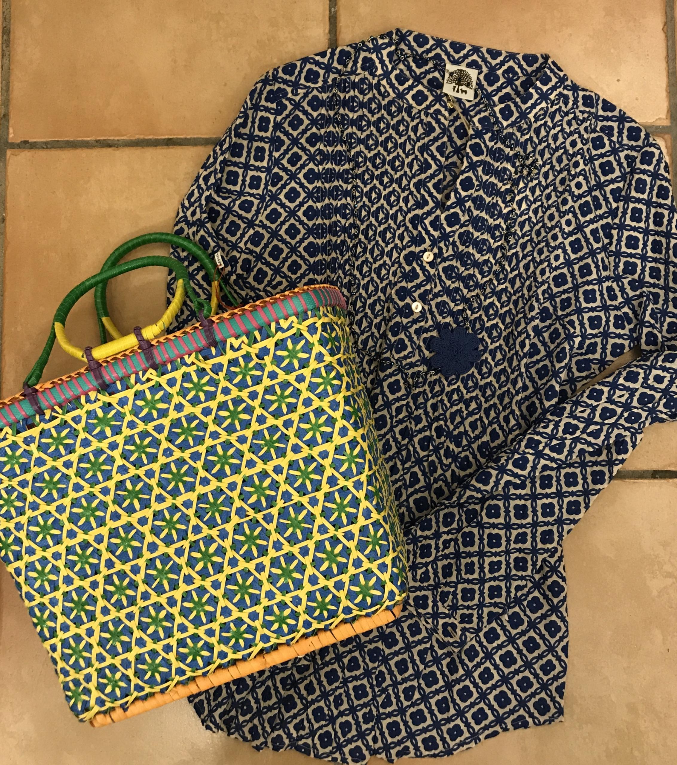 Camicia-copricostume 100% cotone, borsa fatta a mano in plastica riciclata, collana con cristalli e fiore in seta.