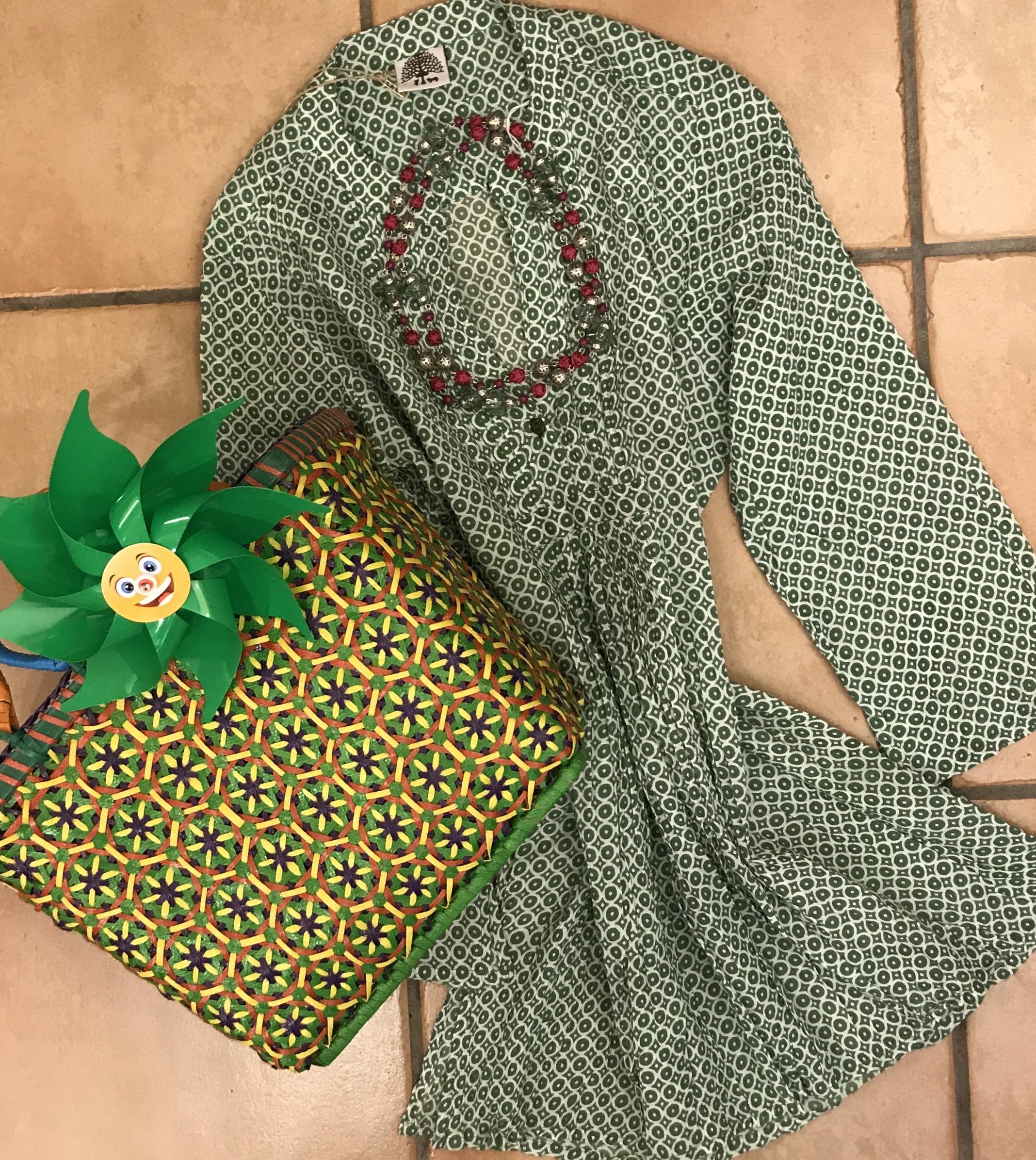 Camicia-copricostume 100% cotone, borsa fatta a mano in plastica riciclata, collana icon vetro soffiato e seta.