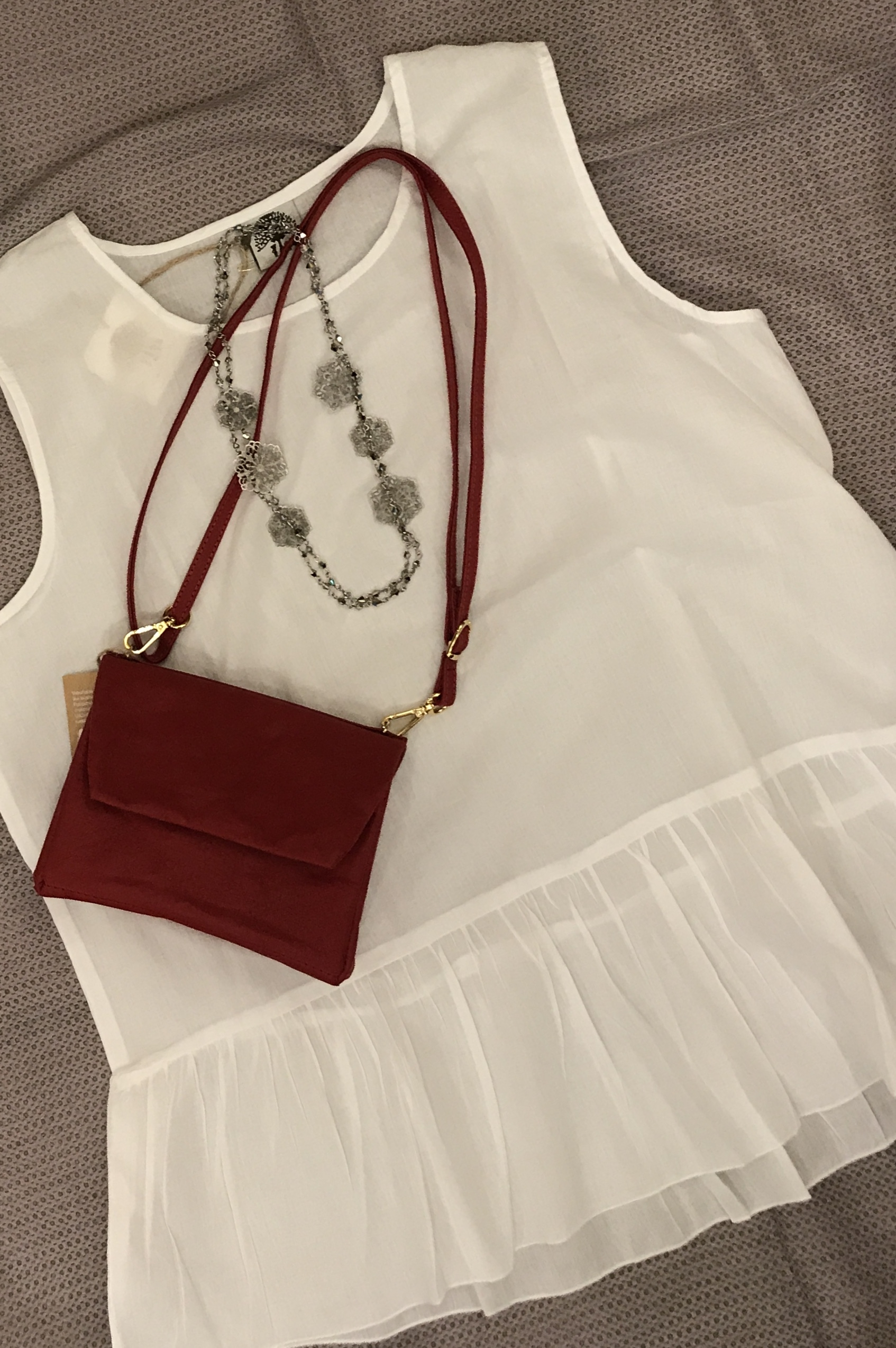 camicia 100% cotone, borsa in carta lavabile, collana con cristalli e filigrane.