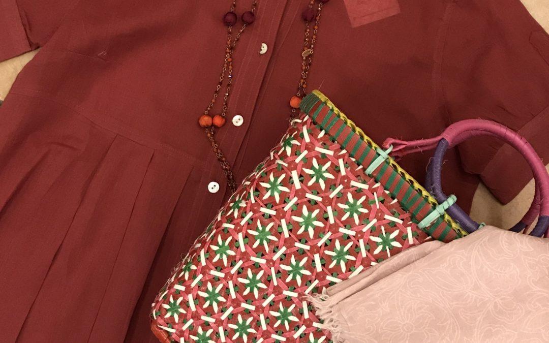 Camicia 100% cotone, borsa fatta a mano in plastica riciclata, pareo in cotone, collana in rame con cristalli e seta