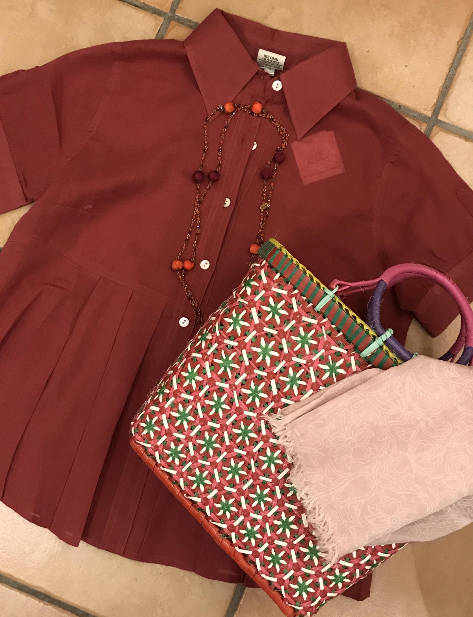 camicia 100% cotone, pareo 100% cotone, borsa fatta a mano in plastica riciclata, collana con cristalli e seta.