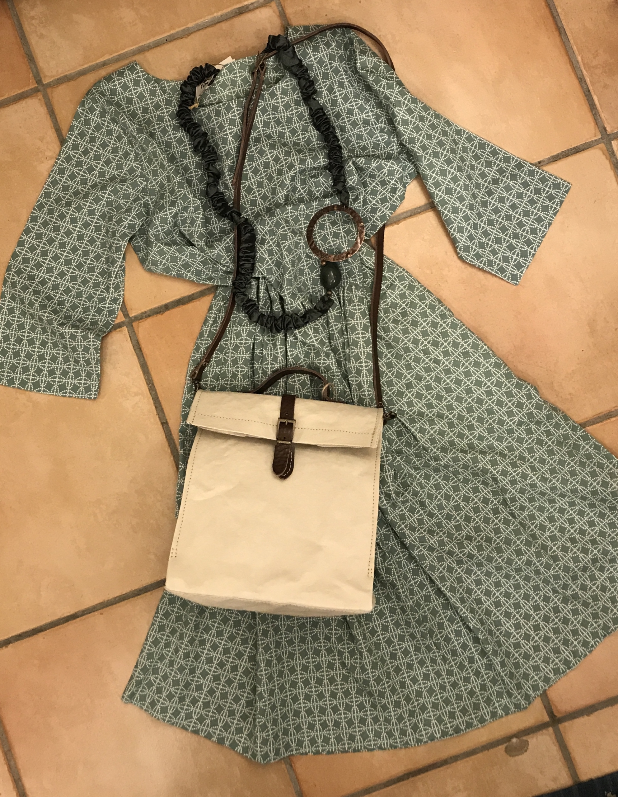 vestito 100% cotone, borsa in carta lavabile, collana in shantung di seta.