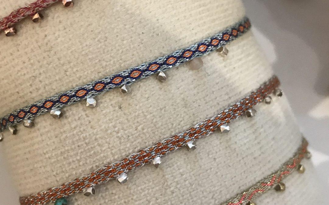 Braccialetti tessuti con piccoli telai con tecniche ancestrali, resistenti all'acqua