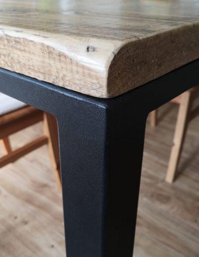 dettaglio piano in legno di recupero e ferro battuto