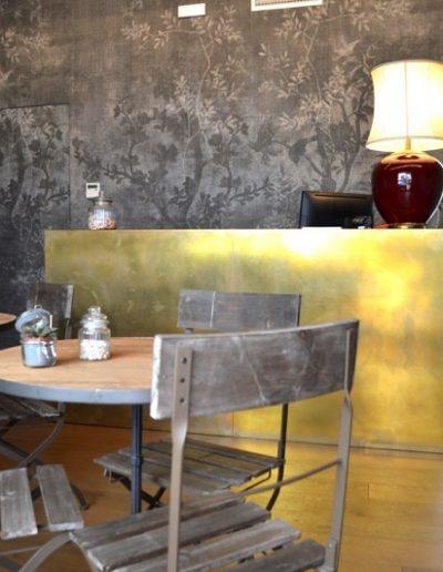 tavolino piano in vecchio olmo profilato in ferro battuto gambe in ghisa.