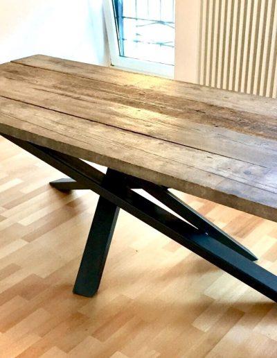 tavolo piano in legno di recupero gambe in ferro battuto.