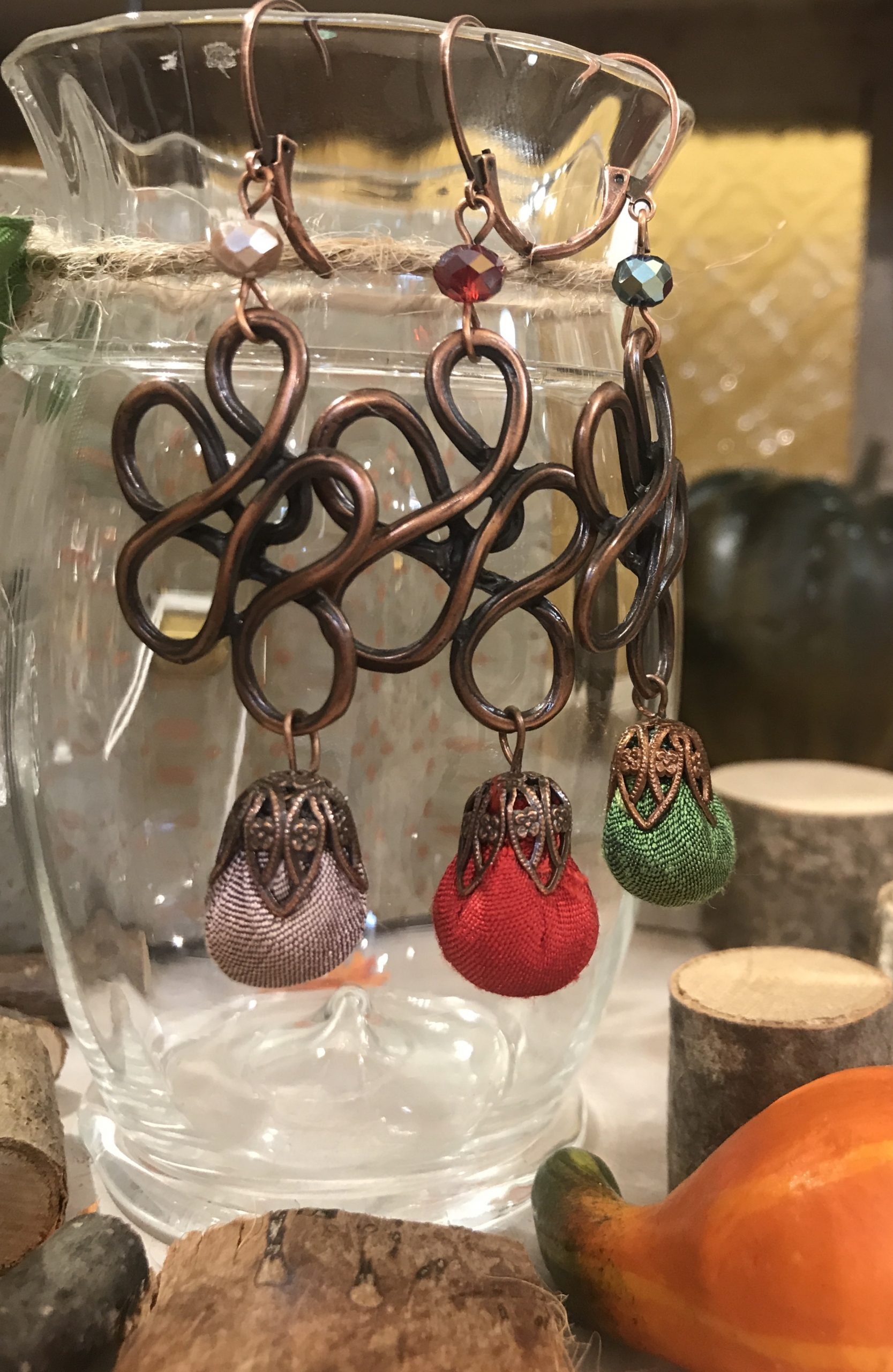 Orecchini con cristalli e boccioli in shantung di seta