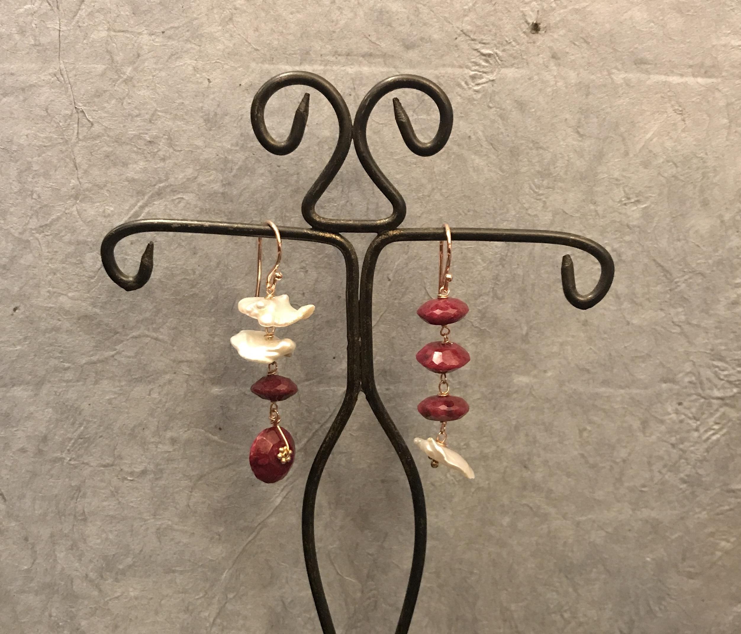Orecchini con radice di rubino e perle