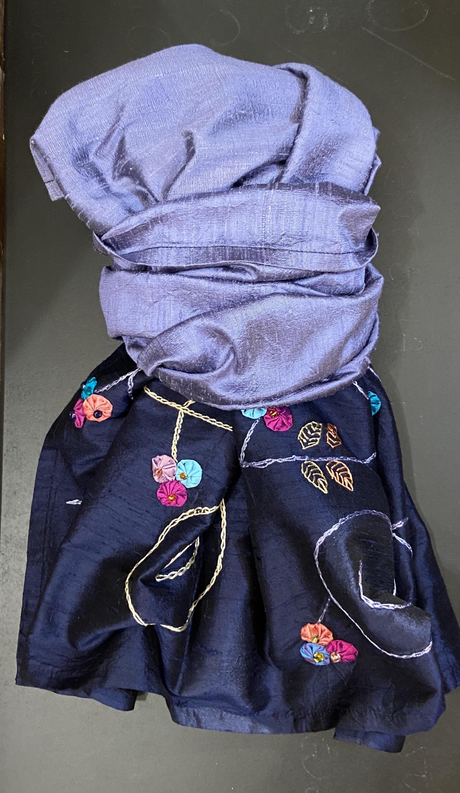 Le sciarpe in shantung di seta, ricamate a mano e i colli