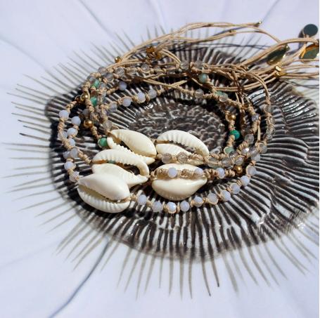 Braccialetto con conchiglie cowri e pietre