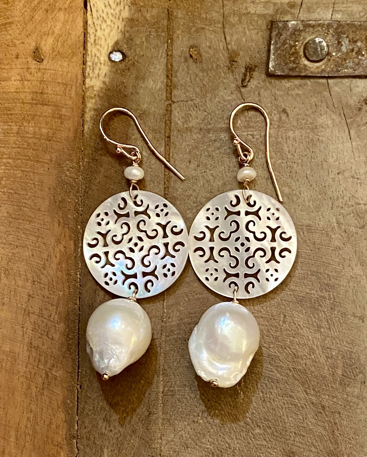 orecchini in madreperla con perle di acqua dolce